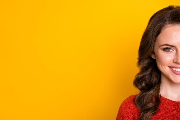 Meio retrato de menina alegre positiva cosmetologia brilho sedoso conceito skincare anunciar spa salão procedimento copyspace vestir suéter isolado cor brilhante fundo
