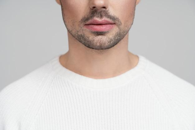 Meio retrato de pessoa homossexual em blusa branca