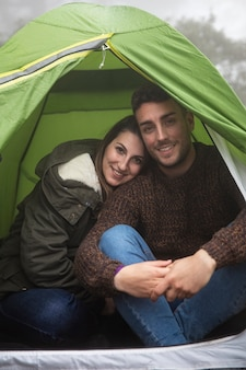 Meio tiro feliz casal posando