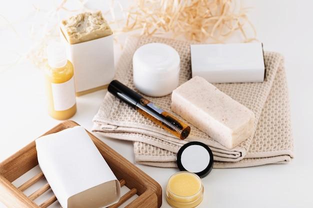 Meios para cuidados com o corpo e rosto, cosméticos caseiros com ingredientes naturais em fundo branco
