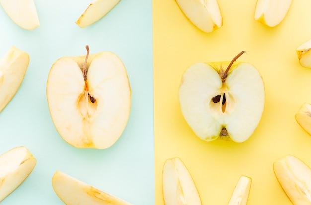 Meios pedaços de maçã amarela
