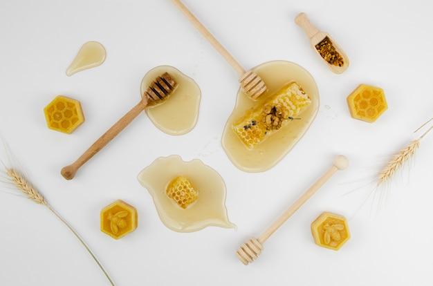 Mel arranjado com cera de abelha