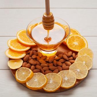 Mel caseiro de close-up, rodeado por rodelas de limão