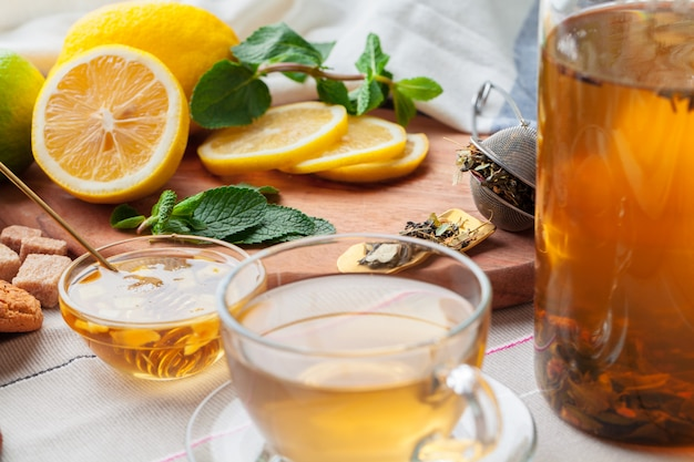 Mel chinês do gengibre do limão do bule de chá na toalha de mesa clara. cerimônia do chá