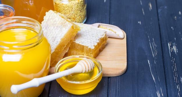 Mel com dipper mel de madeira na mesa de madeira