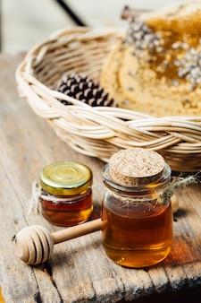 Mel com favo de mel na cesta