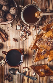 Mel de baklava com nozes. foco seletivo. comida.