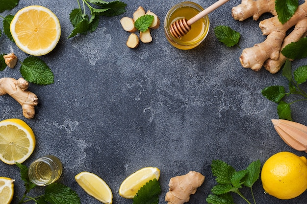 Mel de limão e gengibre com hortelã na superfície cinza escura