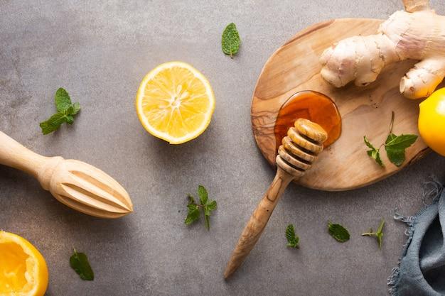 Mel de vista superior com gengibre e limão