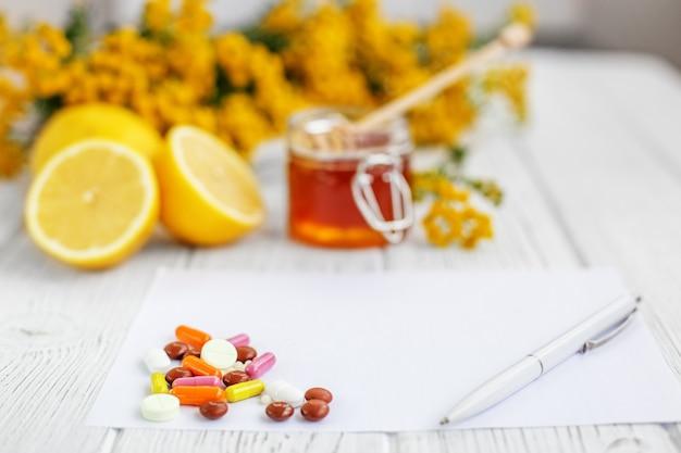 Mel e limão. muitas pílulas e vitaminas.