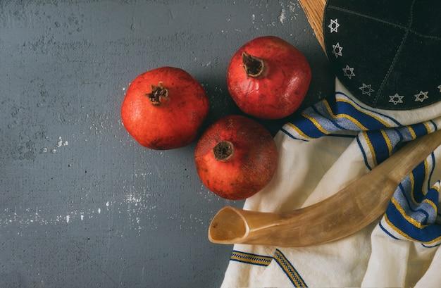 Mel e maçãs no feriado judaico rosh hashaná torah livro, kipá um yamolka talit