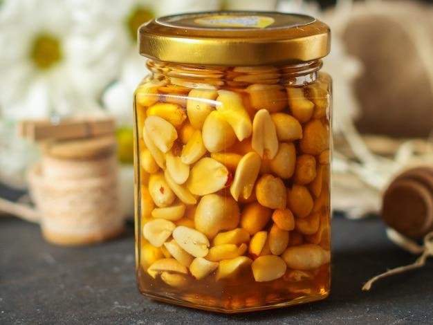 Mel e nozes misturam grãos, sementes saborosa e saudável sobremesa