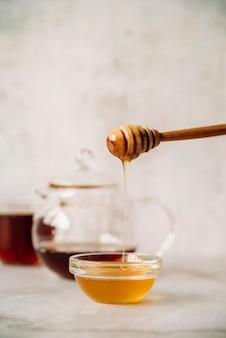 Mel e pau de mel com fundo desfocado