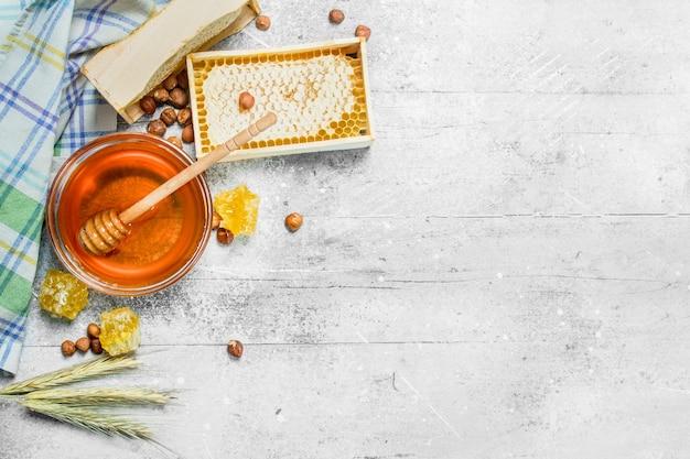 Mel em favos de mel com guardanapo. sobre um fundo rústico.