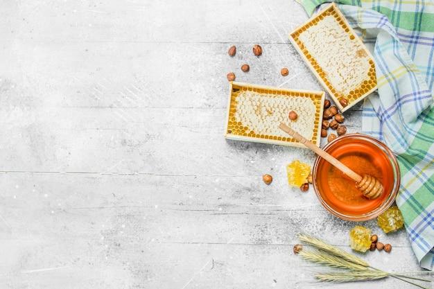 Mel em favos de mel com guardanapo. sobre uma mesa rústica.