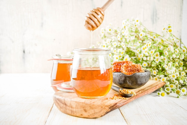 Mel em pote pequeno com pólen e pentes de mel