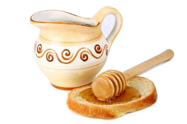 Mel em um jarro e pão