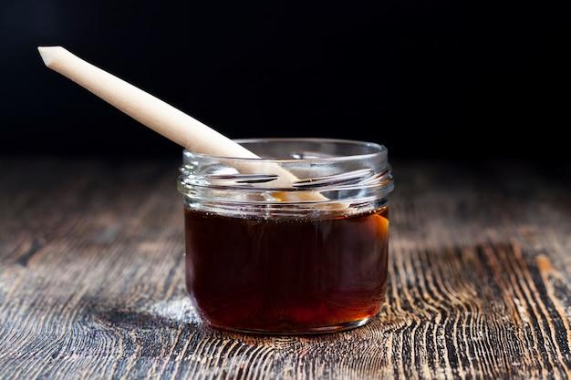 Mel espesso e doce de trigo sarraceno de cor vermelho escuro de flores de trigo sarraceno, mel de trigo sarraceno de abelha natural tem uma consistência viscosa e espessa e uma tonalidade vermelha