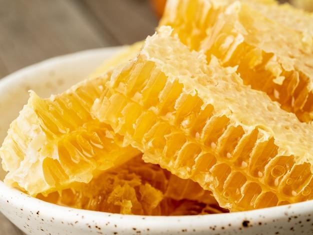 Mel, favo de mel, close-up, ligado, branca, prato cerâmico, ligado, madeira, rústico, tabela