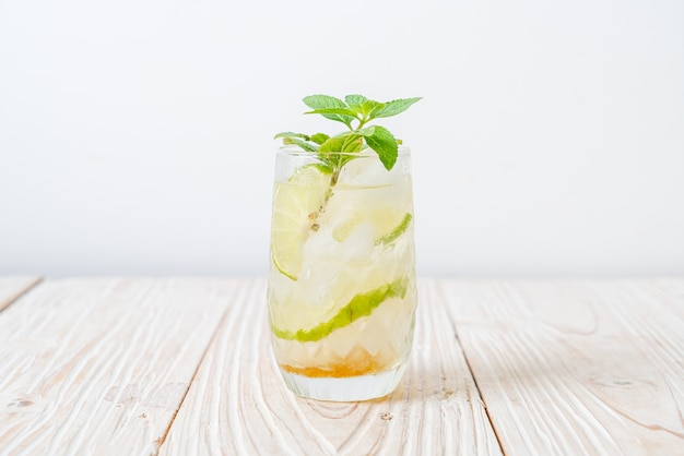 Mel gelado e refrigerante de lima com hortelã - bebida refrescante