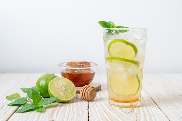 Mel gelado e refrigerante de limão com hortelã - bebida refrescante