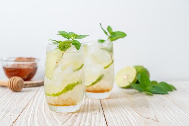 Mel gelado e refrigerante de limão com hortelã