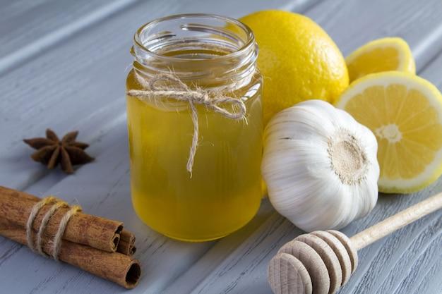Mel, limão e alho no fundo cinza de madeira