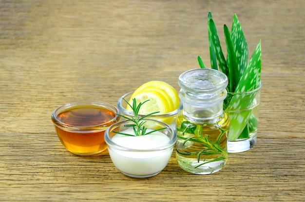 Mel, limão, folhas de alecrim, iogurte, aloe vera e óleo essencial para remédio de homeopatia