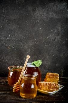 Mel orgânico em frascos com favos de mel