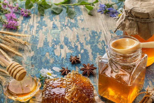 Mel orgânico natural em uma mesa de madeira.