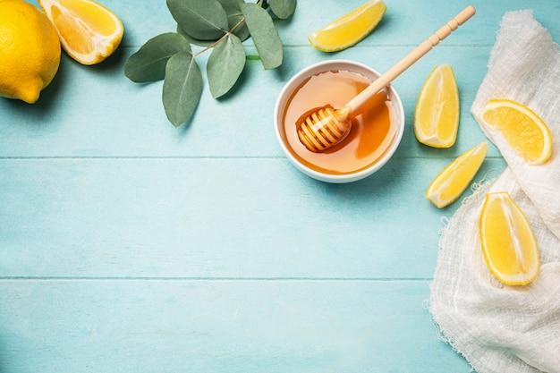 Mel, rodelas de limão e folhas de eucalipto.