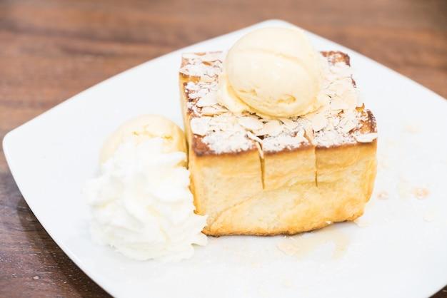 Mel torrada com sorvete e calda de mel
