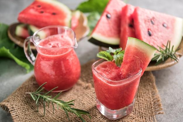 Melancia beber em copos com fatias de melancia