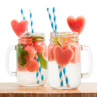Melancia, bebidas, com, heart-shaped, fatias, em, jarros copo, ligado, tabela madeira
