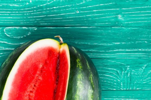 Melancia doce cortada em fundo verde