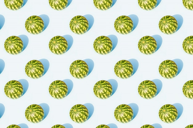 Melancia em um padrão de textura azul
