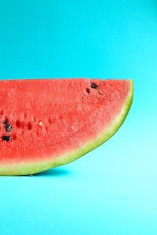 Melancia fatiada fresca isolada em fundo azul melancia vermelha madura