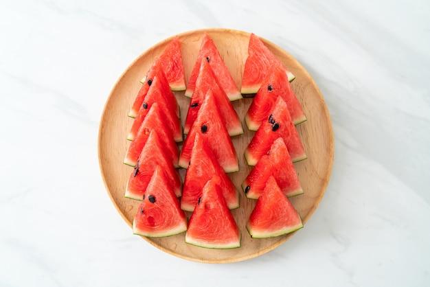 Melancia fresca cortada em prato de madeira