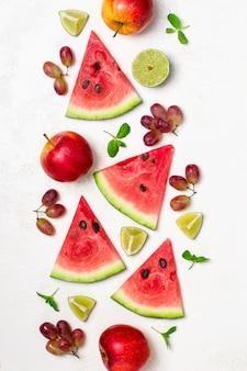 Melancia fresca e frutas em fundo branco. padrão de fatias de melancia.