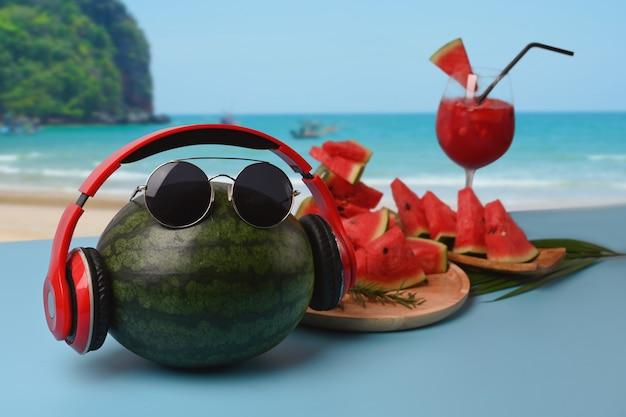 Melancia inteira e smoothie de melancia na mesa com a praia linda de verão no fundo.