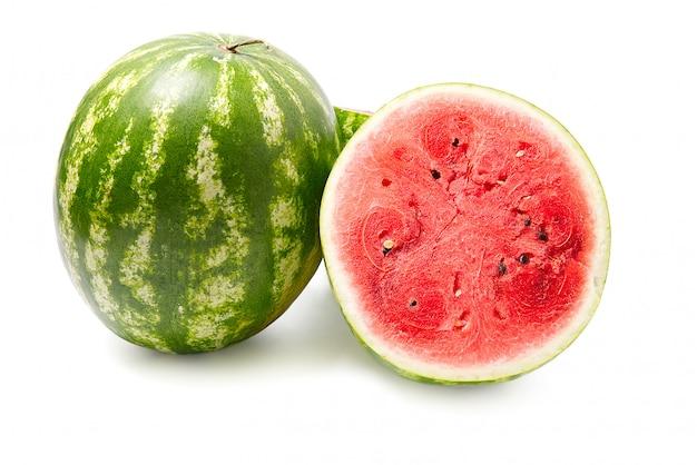 Melancia verde orgânica fresca e metade cortada da melancia com textura vermelha. fechar-se