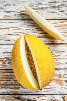Melão amarelo maduro cortado