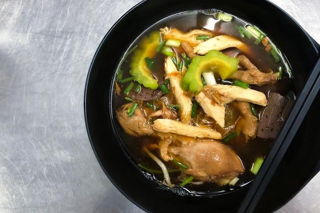 Melão amargo do macarronete da galinha. comida tailandesa.