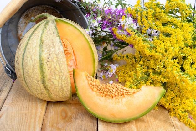 Melão com um buquê de flores amarelas