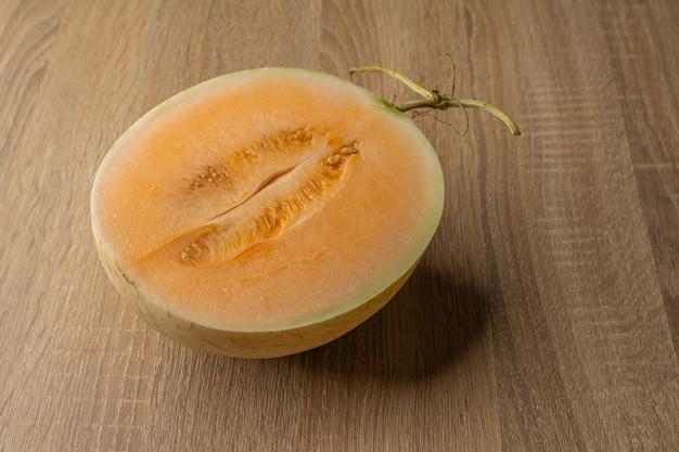 Melão de polpa amarela cortada ao meio é uma fruta que contém vitamina c, vitamina a, beta-caroteno, cálcio, fósforo e ferro.