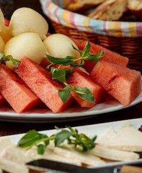 Melão e melancia em cima da mesa