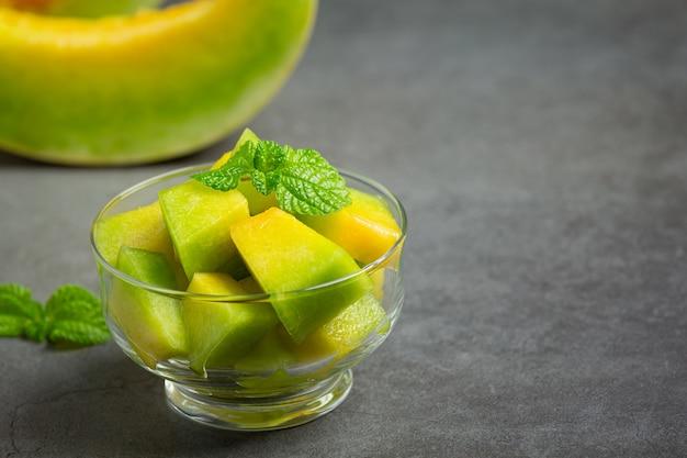 Melão fresco, cortado em pedaços, coloque em uma tigela de vidro