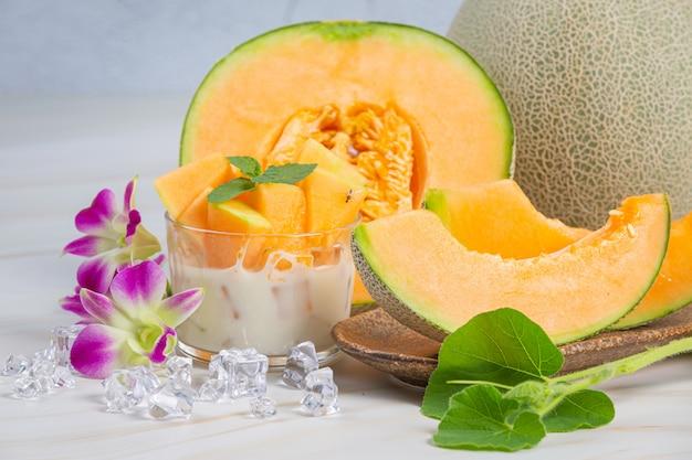 Melão japonês ou cantalupo, melão, fruta da época, conceito de saúde.