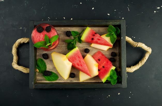 Melão, melancia, amoras e hortelã em uma bandeja