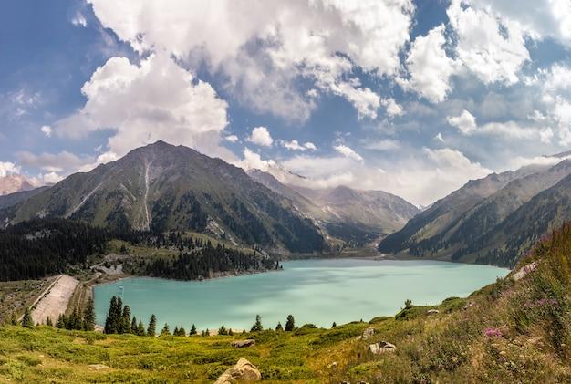 Melhor foto panorâmica do lago grande almaty em um dia ensolarado de verão com céu nublado incrível no cazaquistão
